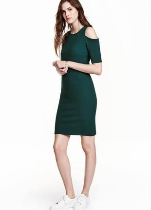 Силуэтное платье в рубчик с вырезами на плечах длины миди изумрудного цвета