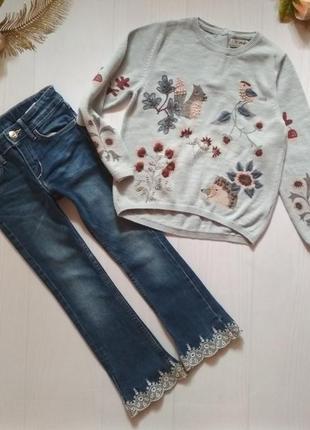 Стильный комплект джемпер с вышивкой и джинсы