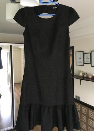 Кружевное, приталенное черное платье с воланом внизу и открытой спиной