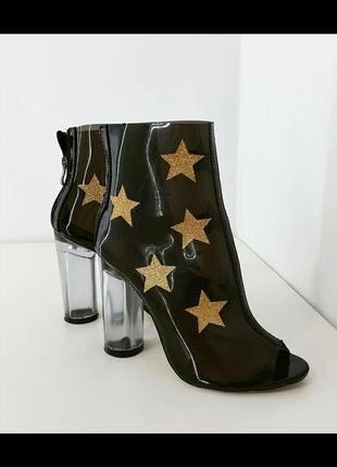 Крутые стильные ботильены силикон в звезды золото