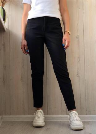 Чёрные зауженные брюки с карманами