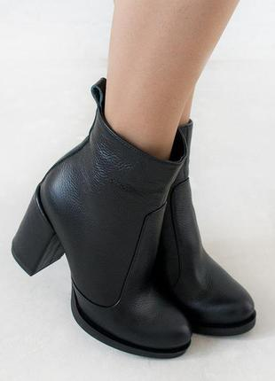 Кожаные ботинки на широком каблуке
