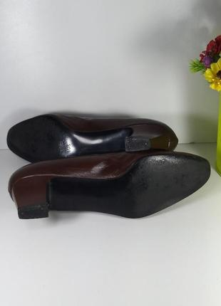 Коричневые кожаные туфли на маленьком каблуке6 фото