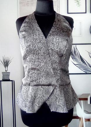 Блуза актуальная с открытой спиной принт питон guess