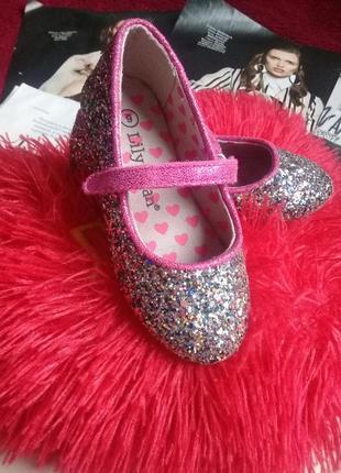 Неймовірно гарні туфлі для маленької красуні