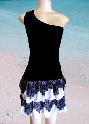 Черное натуральное эластичное мини платье, сарафан на одно плечо с оборками и кружевами