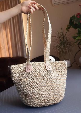 Красивая соломяная вместительная бежевая сумка в новом состоянии
