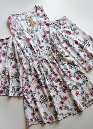 Летнее платье в цветы с вырезами на плечах