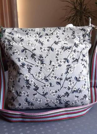Красивая светло серая сумка кроссбоди с цветочками фирмы miss lulu в новом состоянии