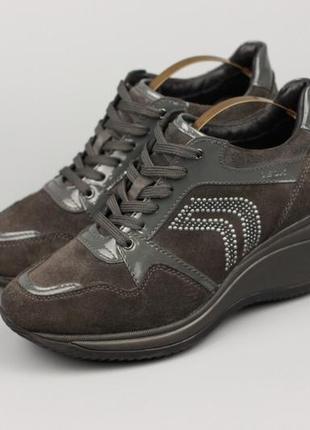 Фирменные кожаные туфли на танкетке