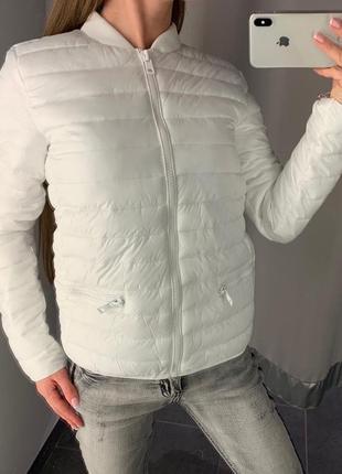 Белоснежная демисезонная куртка бомбер amisu есть размеры