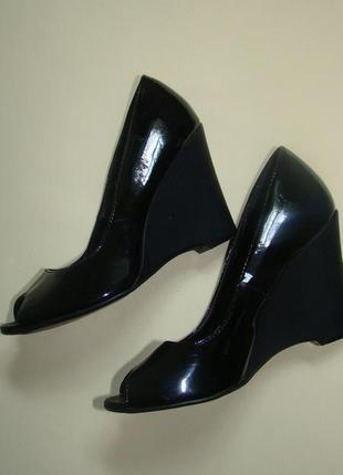 Черные лаковые туфли босоножки на танкетке new look открытый носок 24 см