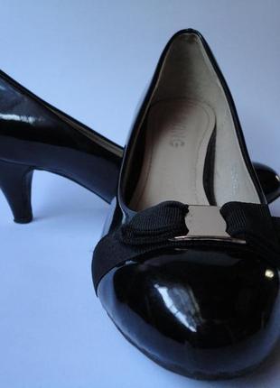 Лаковые туфли на небольшом каблуке