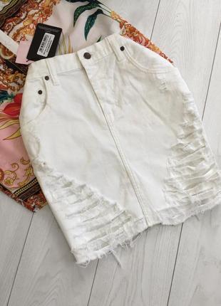 Рваная белая джинсовая юбка