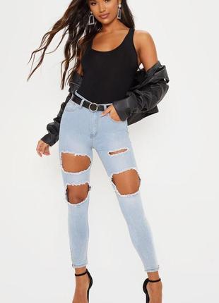 Рваные джинсы с молнией на ноге