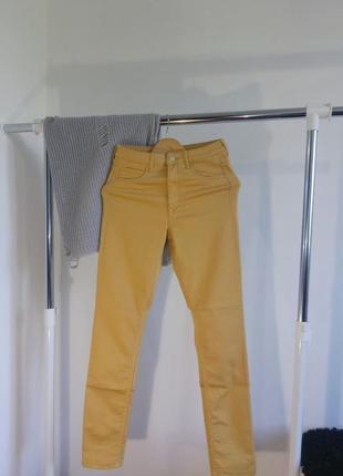 Жёлтые джинсы с высокой посадкой skinny& denim h&m