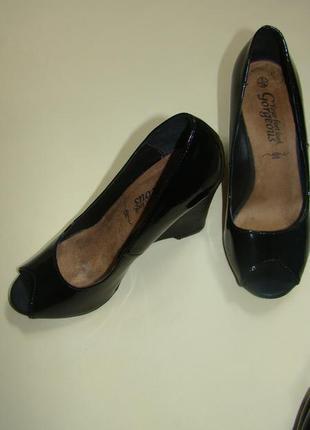 Черные лаковые летние туфли босоножки на танкетке new look с открытым носком 24 см