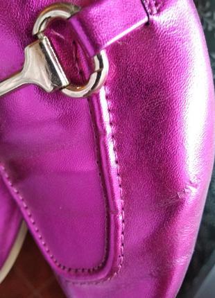Стильные туфли-лоферы цвет малиновый металлик5 фото