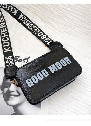 Каркасная черная сумочка с надписью на брезентовой ручке