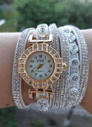 Часы на браслете цвет белый