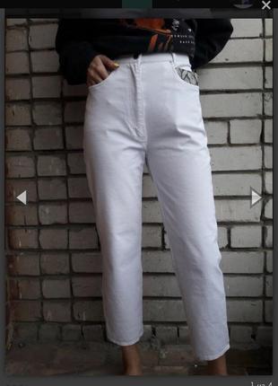 Белые укороченные джинсы мом высокой посадки