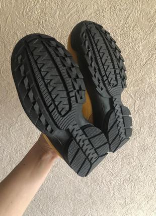 Яркие кроссовки на тракторной подошве
