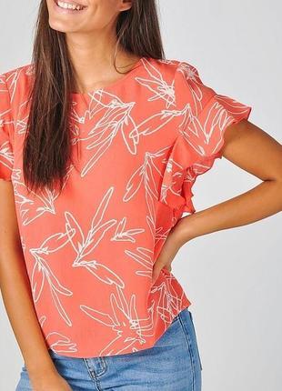 Блуза с рюшами коралловый цвет с белыми цветами