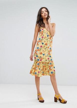 Жёлтое платье в цветочный принт с воланом