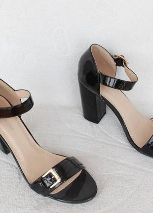 Черные босоножки 39 размера на каблуке