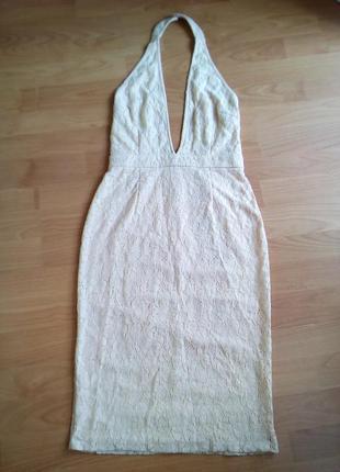 Платье миди с открытой спиной и глубокой линией декольте.