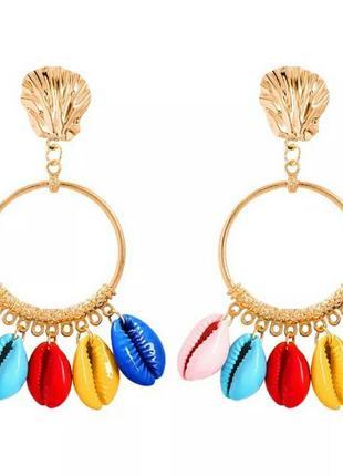Крупные серьги золотого цвета с разноцветными ракушками