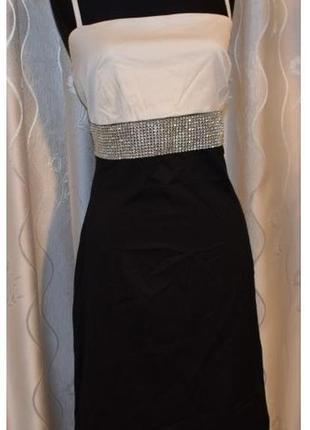 Нарядное классическое черно-белое платье с элементами декора на линии талии,50р.