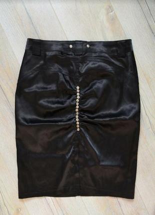 Класическая черная атласная юбка карандаш