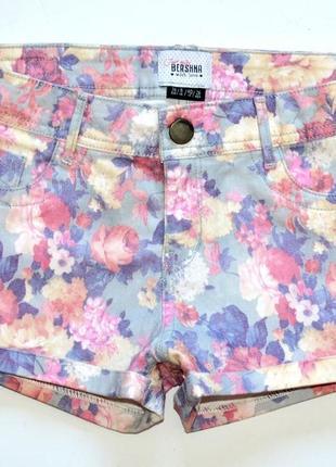 Bershka. короткие джинсовые шорты в цветочный принт. с.8.36