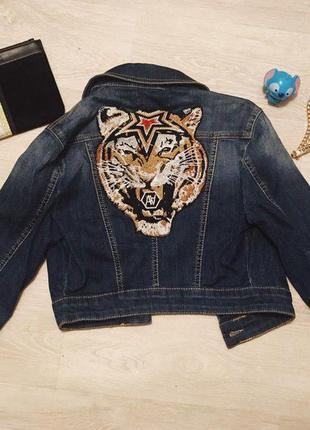 Укороченная джинсовая куртка с вышивкой тигром со стразами на спине xs-s