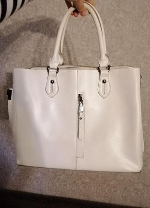 Минималистичная белая кожаная сумка