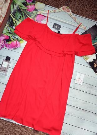 Шикарное красное платье с открытыми плечами