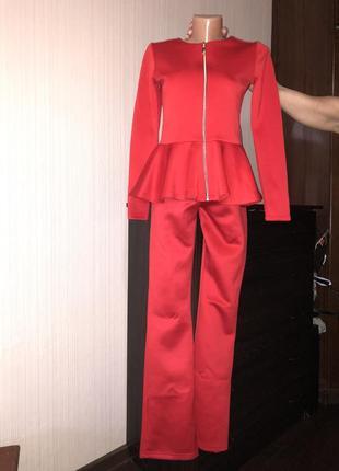 Красный брючный костюм баска на новый год