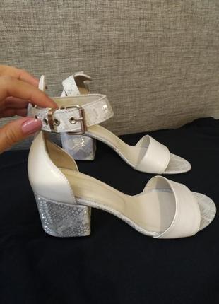 Трендовые кожаные босоножки на устойчивом каблуке
