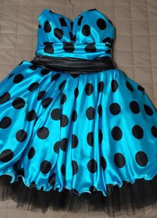 Бирюзовое платье в горошек