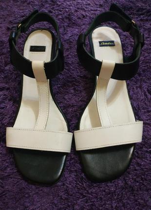 Элегантные кожаные босоножки на невысоком каблуке от bata