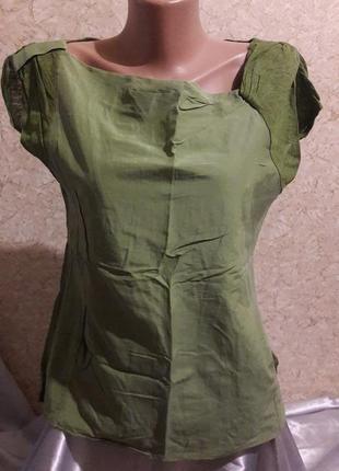 Необычная зеленая футболка с кармашками