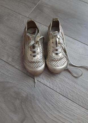 Літні шкіряні кросівки