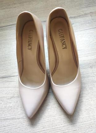 Туфлі,новенькі,бежеві