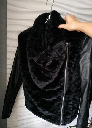 Чёрная меховая куртка косуха new look с комбинированными рукавами3 фото
