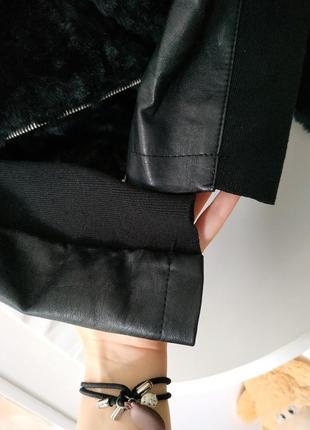 Чёрная меховая куртка косуха new look с комбинированными рукавами5 фото