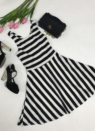 Літнє плаття в полоску з красивою спинкою