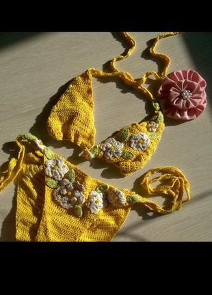 Желтый вязаный купальник