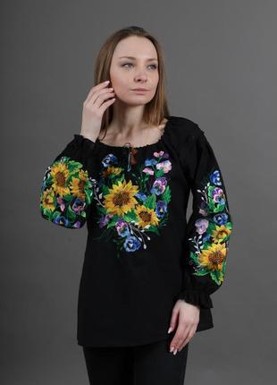 Шикарна вишиванка оздоблена пишними квітами на грудях та рукавах на чорній 100% бавовні