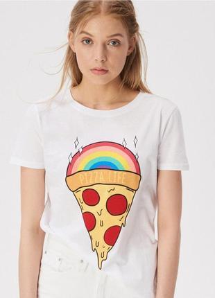 Свободная широкая белая футболка с ярким принтом pizza life радуга-пицца sinsay